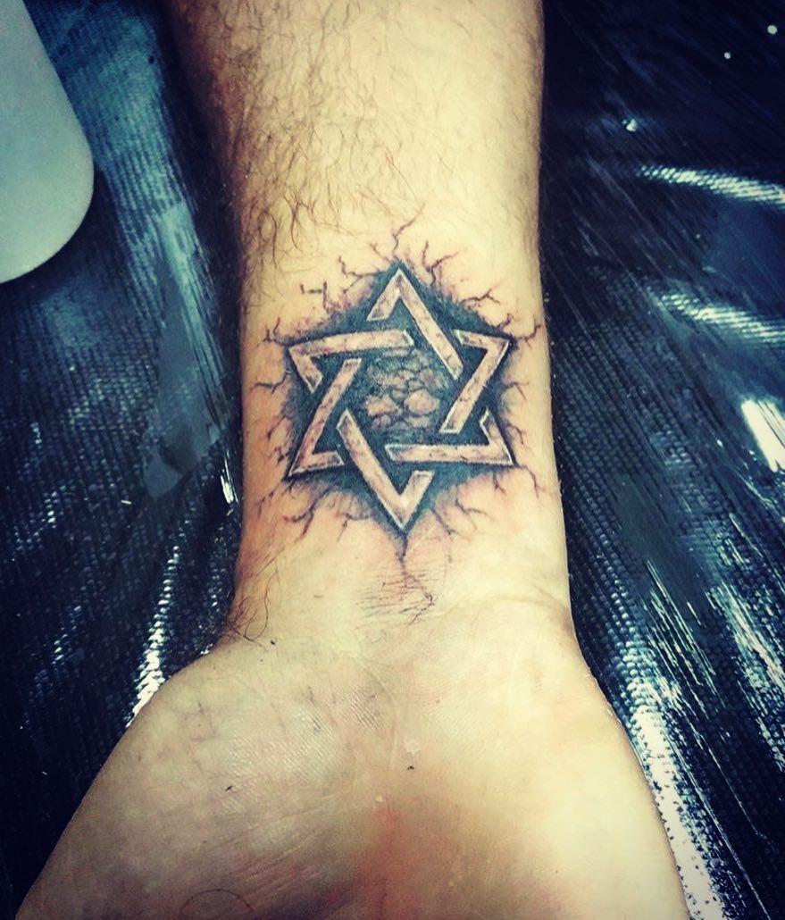 慕先生手腕石裂五角星纹身图案