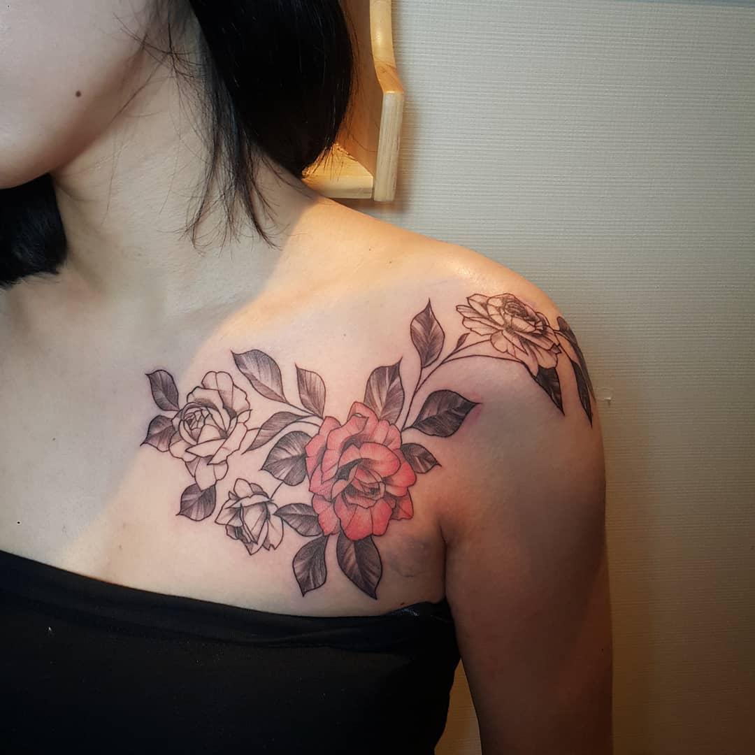 搞电子电工的康小姐锁骨玫瑰纹身图案