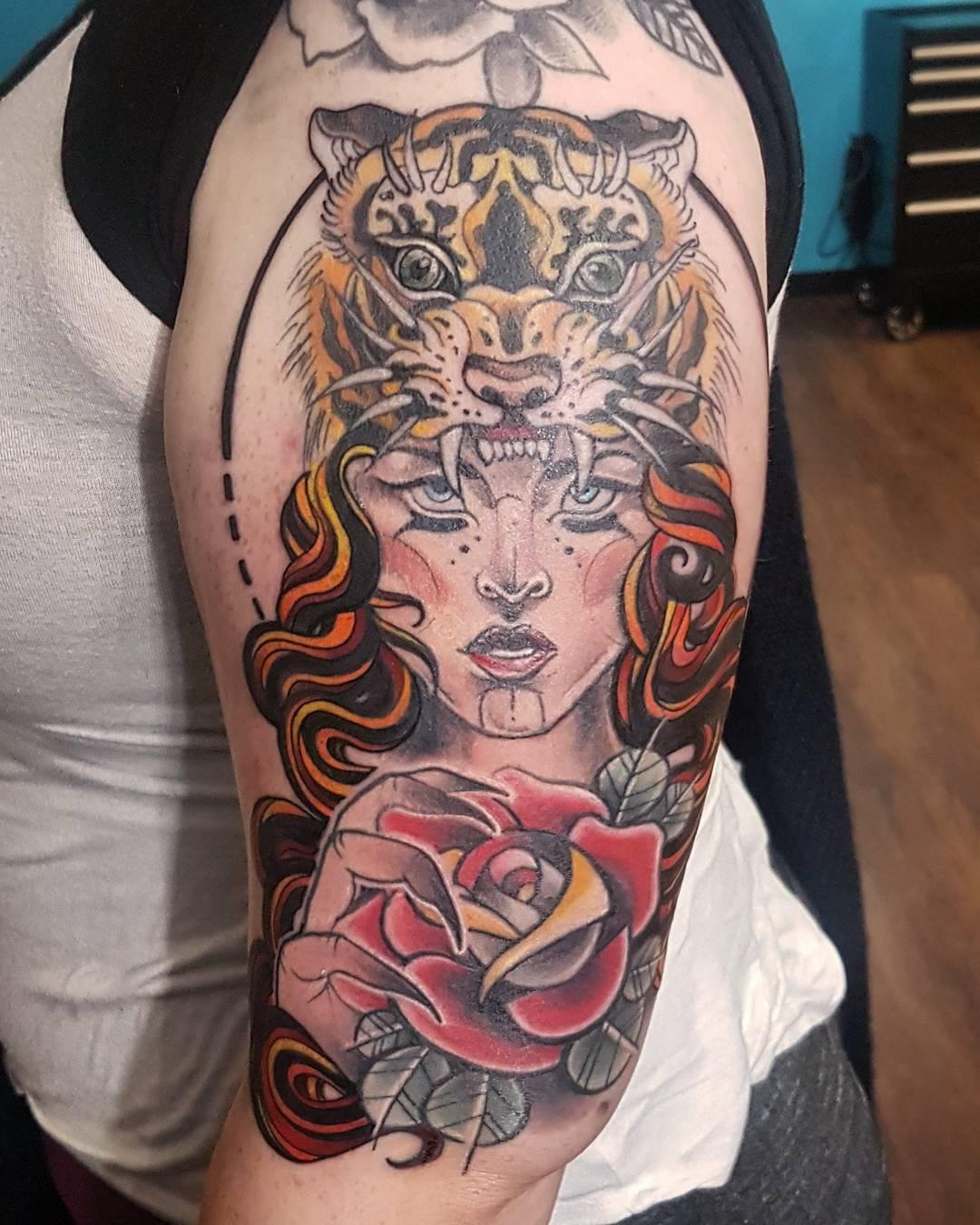 訾先生大腿玫瑰美女虎头纹身图案