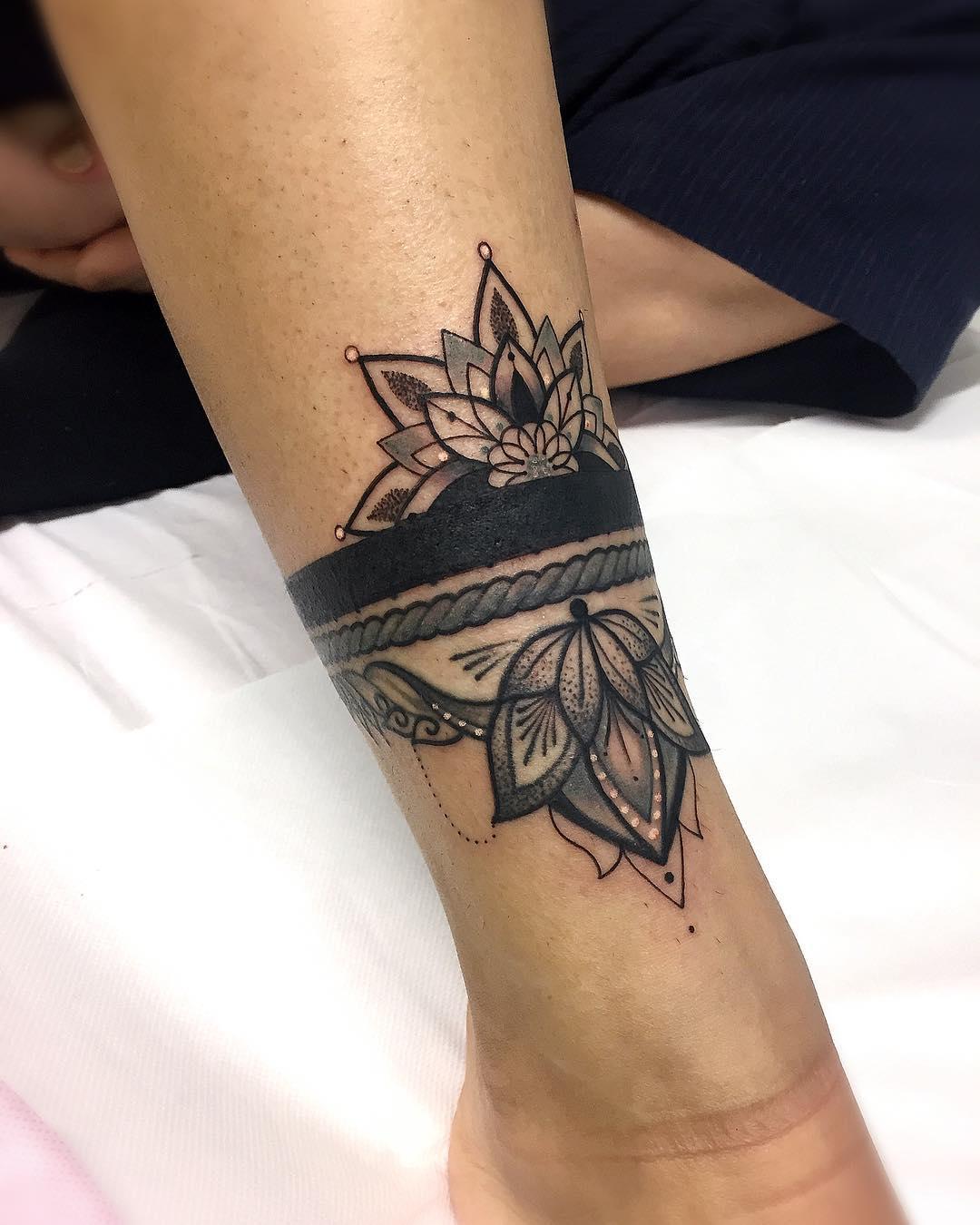 做美容顾问的刘小姐脚背玫瑰纹身图案